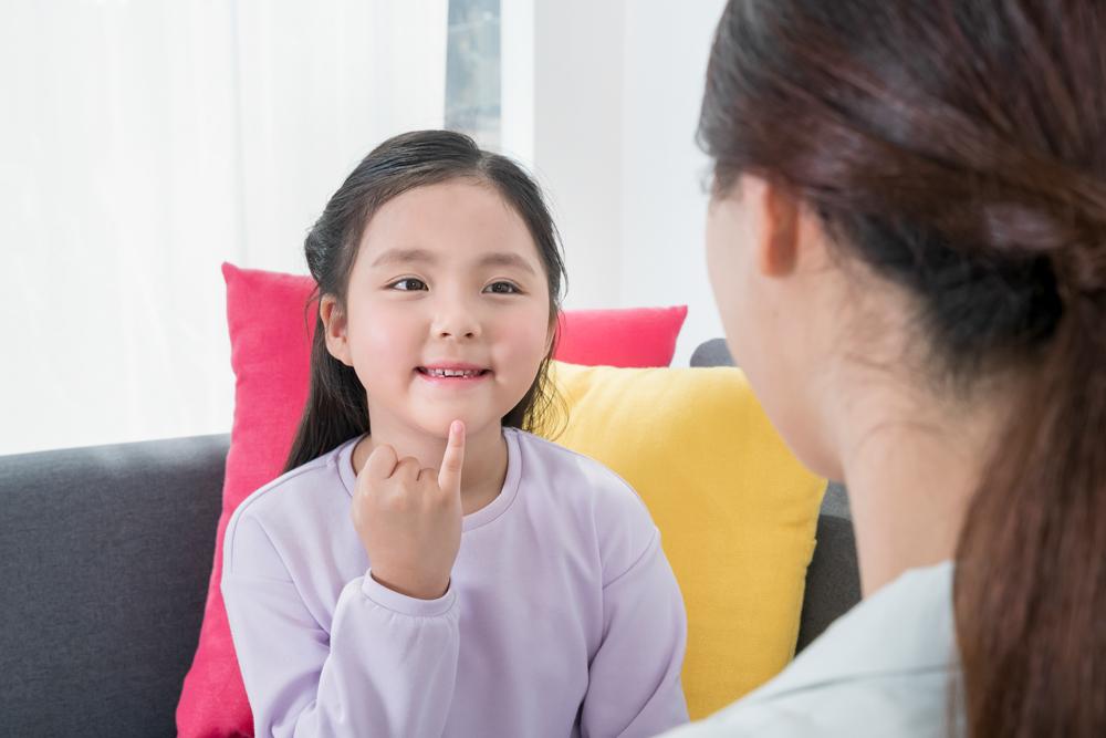 수어로 의사소통하는 청각장애인